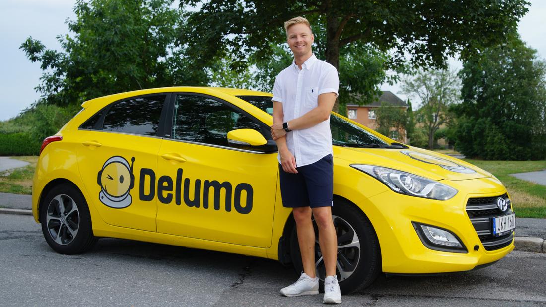 Delumo grundare Philip framför företagsbilen