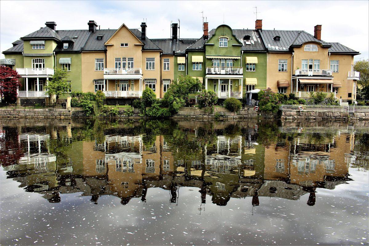 Byggnader längs Svartån i Örebro