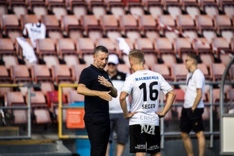 Axel Kjäll ger instruktioner till David Seger