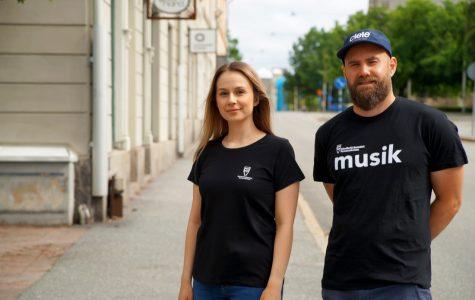Ines Vilasevic och Jon Daly Skoog utanför Storgatan 29